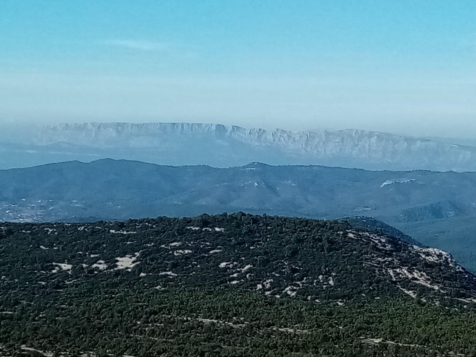 Une montagne au-dessus de la Méditerranée