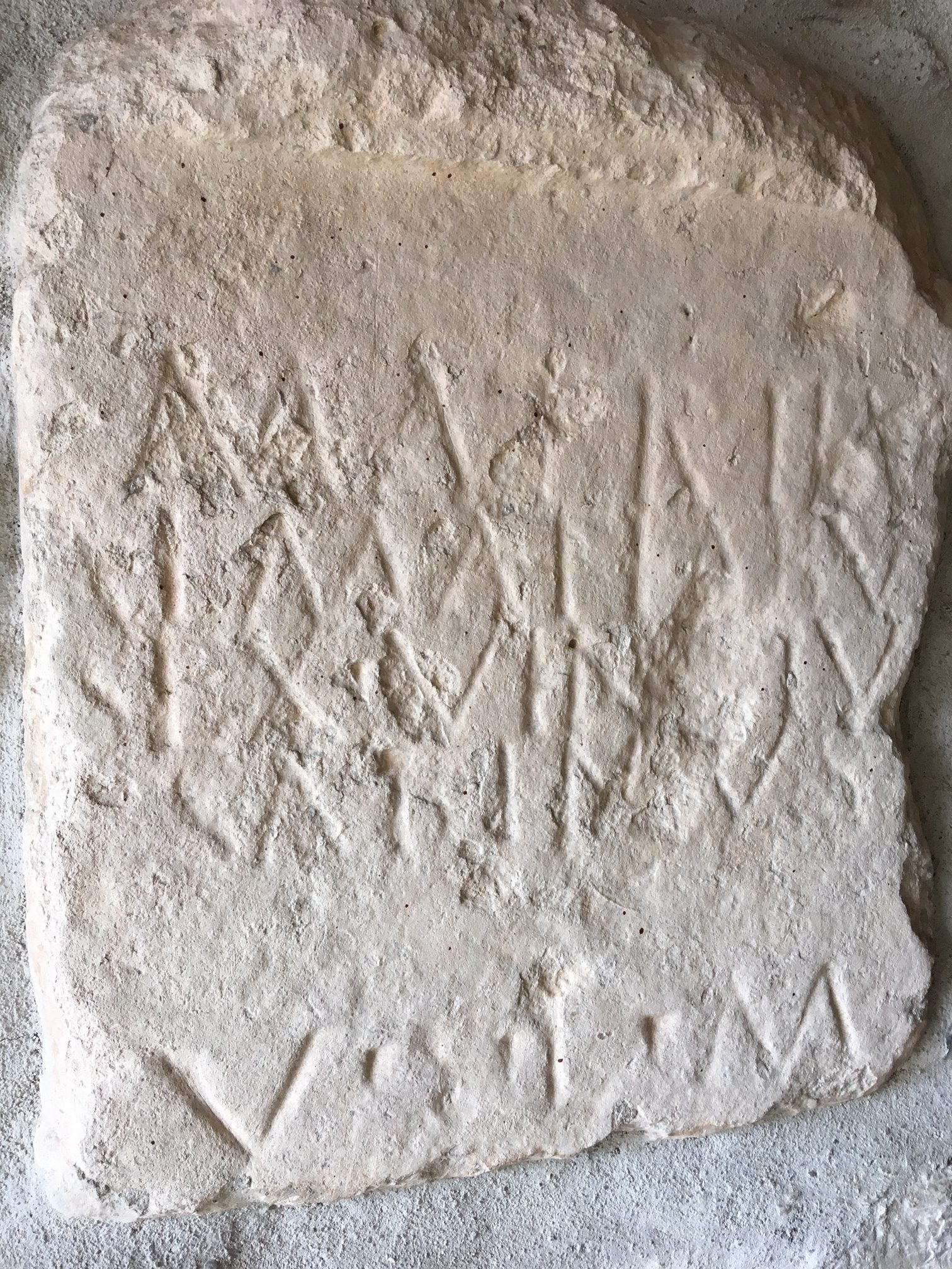 Une pierre antique au Plan D'Aups